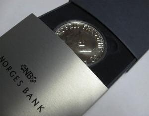 Valør: 100 kr - Nobel mynten i sølv - Årstall: 2001